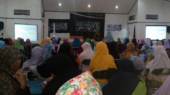 Muslimah Hizbut Tahrir Indonesia DPD II HTI Kota Bekasi menyelenggarakan Liqo Syawal 1436 H di Aula Noer Alie, Islamic Center Bekasi (1/8/2015) dengan tema: Bersama Umat Sambut Khilafah